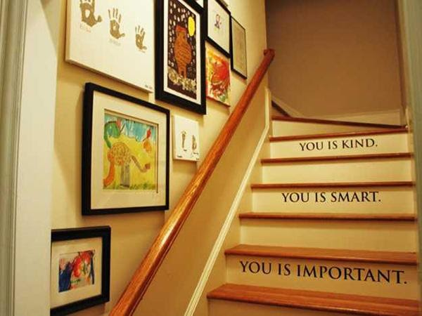 Trang trí bậc cầu thang bằng giấy dán hoặc gạch trang trí
