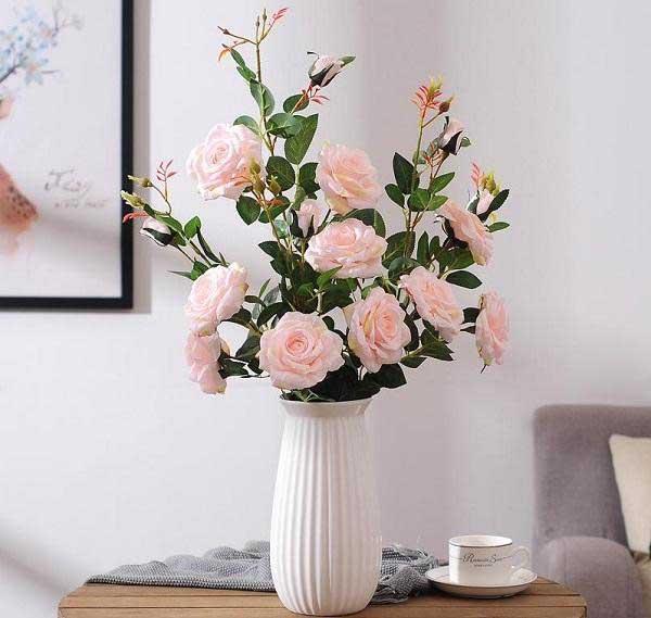 Trang trí phòng khách bằng hoa hồng