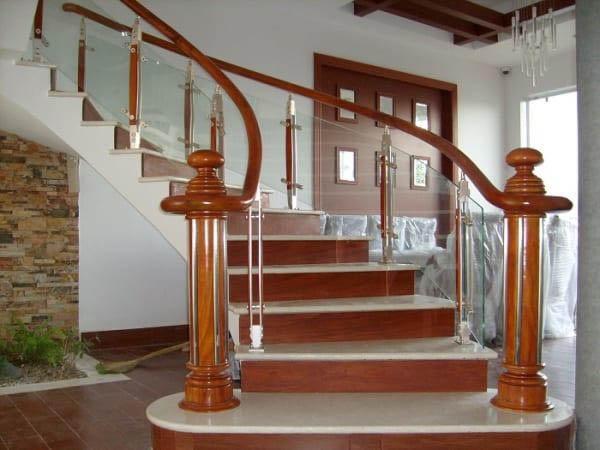 Lan can cầu thang bằng kính tay vịn gỗ