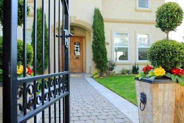 Phong thủy mở cổng ra ngoài hay vào trong nhà?